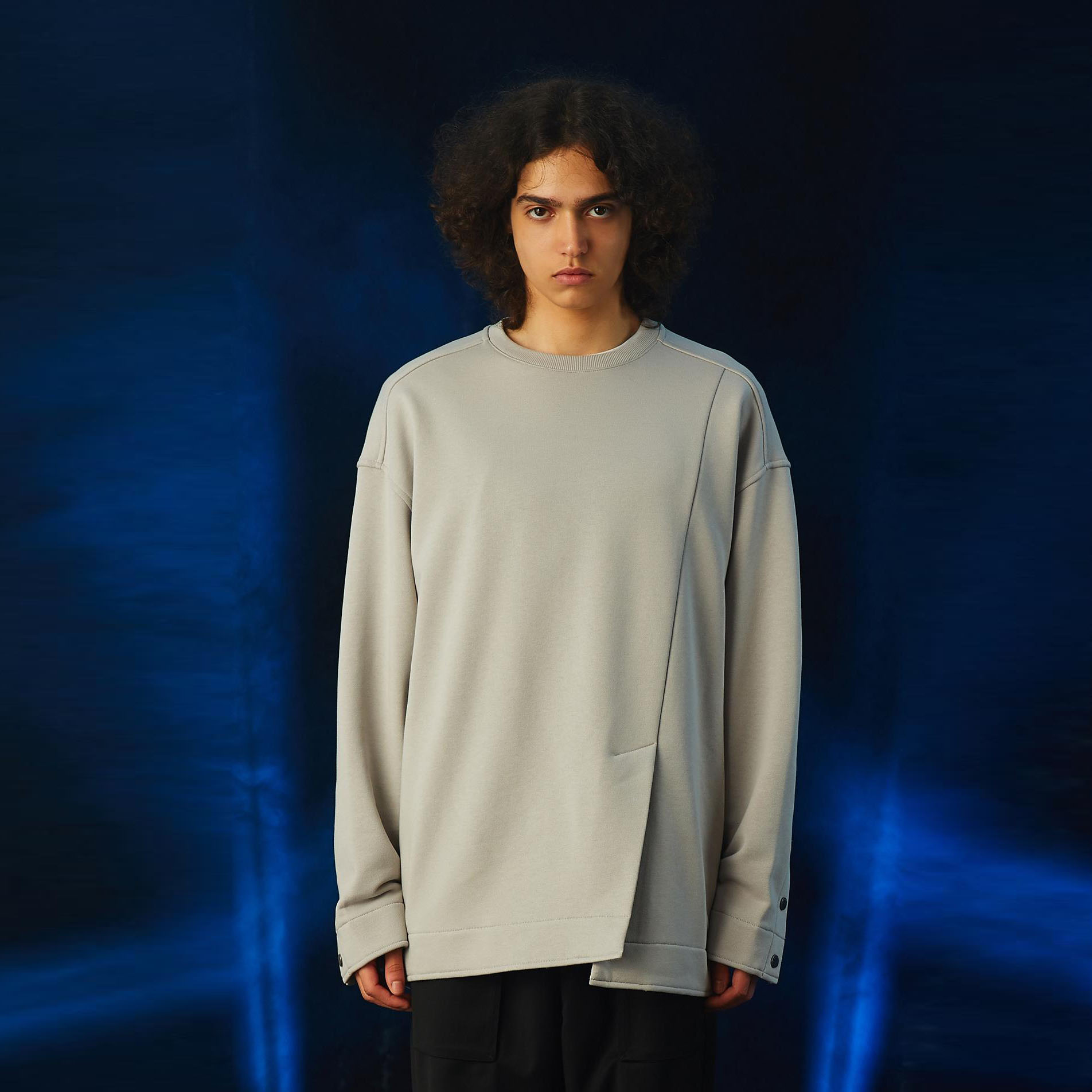 일꼬르소 오버핏 프론트 슬릿 롱 슬리브 티셔츠