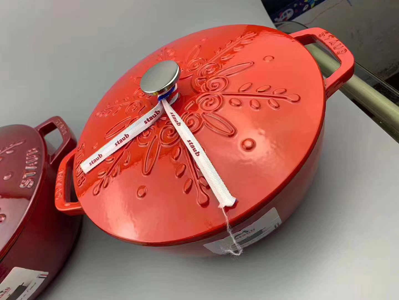 스타우브 에나멜코팅냄비 무쇠주물냄비 24cm 양각 눈송이, 체리 레드