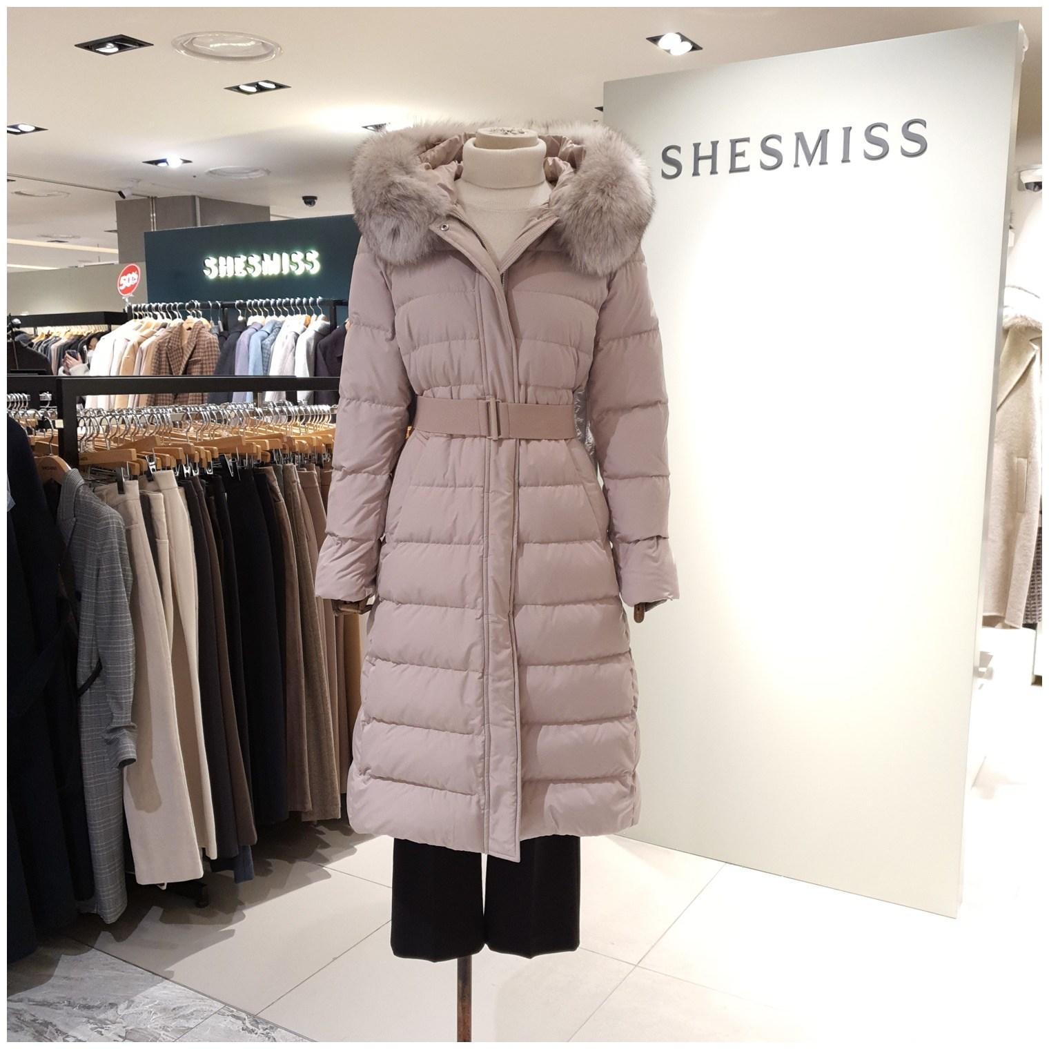 쉬즈미스 [NC강서점] 한겨울에도 포근하고 따듯하게 입을수 있는 폭스퍼후드 덕다운 벨티드 롱 패딩!!