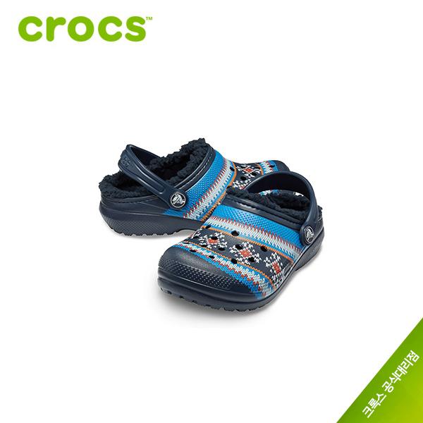 크록스 [크록스 정품] 클래식 프린티드 라인드 클로그 아동 털샌들 205815-410